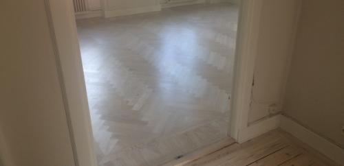 Vitpigmenterade golv hel lägenhet (1)