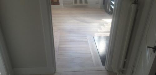 Vitpigmenterade golv hel lägenhet (2)